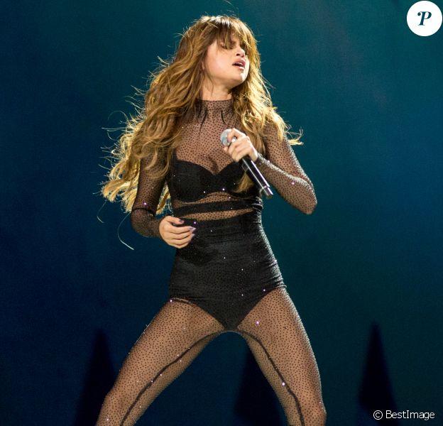 """Selena Gomez en concert au United Center à Chicago dans le cadre de sa tournée """"Revival Tour"""", le 25 juin 2016."""