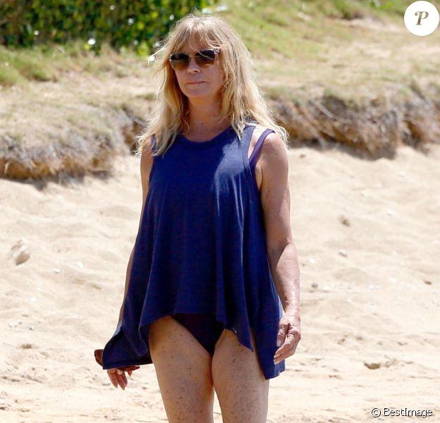 Exclusif - Goldie Hawn (70 ans) se relaxe en maillot de bain sur une plage à Hawaii, le 12 juillet 2016.