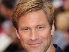 Aaron Eckhart, alias Double-Face dans 'Batman', nous montre un autre de ses visages... Pas son meilleur profil !