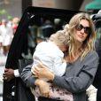 Gisele Bundchen et son mari Tom Brady se promènent avec leurs enfants Benjamin Brady et Vivian Lake Brady dans les rues de New York, le 15 mai 2016