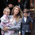 Merci de flouter le visage des enfants avant publication - Gisele Bundchen en compagnie de son mari Tom Brady et de leurs enfants Benjamin Brady et Vivian Lake Brady se rendent à la messe à New York le 29 avril 2016.