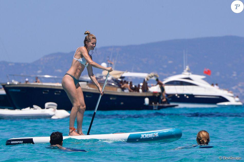 Doutzen Kroes et son mari Sunnery James en vacances sur un yacht avec leurs enfants Phyllon Joy Gorré et Myllena Mae Gorré à Formentera, le 25 juillet 2016.