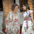 La reine Letizia, qui portait pour la première fois une création Juan Vidal, et la reine Sofia d'Espagne lors du dîner de gala offert à quelque 450 convives dimanche 7 août 2016 au palais royal de la Almudaina à Palma de Majorque en l'honneur de la société des îles Baléares.