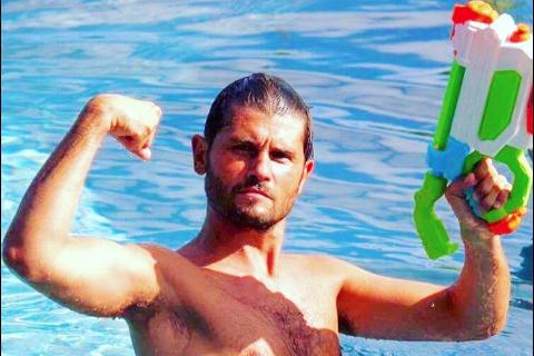 Christophe Beaugrand : Torse nu et armé dans sa piscine, ça ne rigole plus !