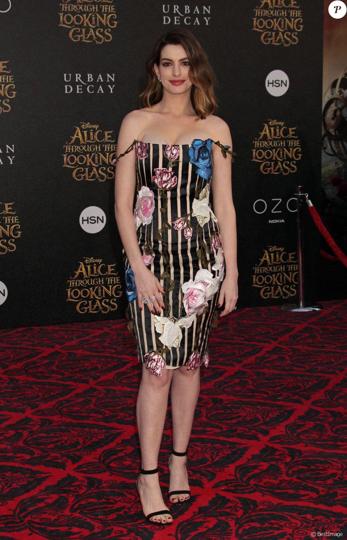 """Anne Hathaway à la première de """"Alice de l'autre côté du miroir"""" au théâtre El Capitan à Los Angeles le 23 mai 2016. 24 May 2016."""