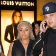 """Blac Chyna enceinte et Rob Kardashian sortent de la soirée pour le lancement de son application """"Chymoji"""" au Hard Rock Cafe à Hollywood, le 11 mai 2016."""