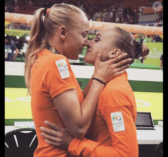 Lieke Wevers avec sa soeur jumelle Sanne Wevers lors de sa victoire dans le concours de la poutre en gymnastique artistique aux Jeux olympiques de Rio de Janeiro le 15 août 2016. Photo Instagram.