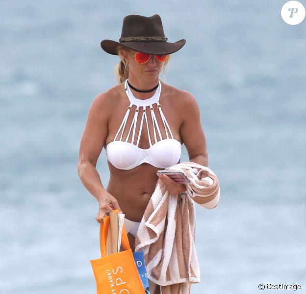 Britney Spears se relaxe sur une plage de Hawaï avec ses enfants Sean Preston et Jayden James le 5 août 2016.