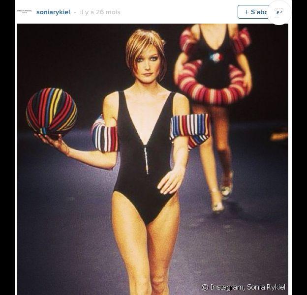 Quand Carla Bruni défilait pour Sonia Rykiel en 1996. Photo postée sur Instagram par la griffe...