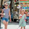 Exclusif - Katie Holmes et sa fille Suri se promènent avec leur petit chihuahua Honey dans les rues de New York. Le 17 août 2016