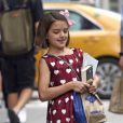 Exclusif - Katie Holmes et sa fille rejoignent leur voiture après une séance shopping à New York le 18 août 2016.