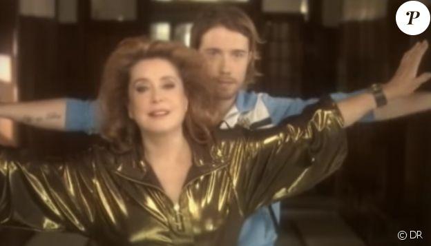 """Julien Doré et Catherine Deneuve dans le clip """"Les Figures imposées"""" en 2009."""