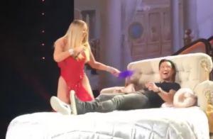 Mariah Carey torride sur scène avec Mario Lopez, surexcité, les yeux bandés...