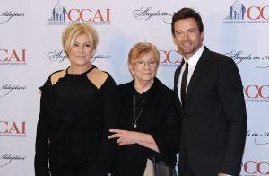 Hugh Jackman réconfortant sa femme Deborra-Lee face à la mort de sa mère
