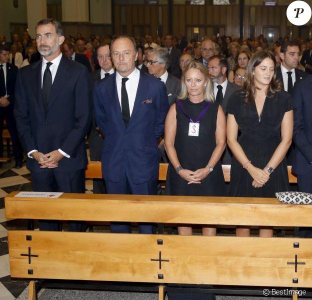 Le roi Felipe VI d'Espagne, Pablo et Flavia Hohenlohe, frère et soeur du défunt, Victoria de Hohenlohe-Langenburg y Medina et son frère Alexander, ses enfants, et María del Prado Muguiro, sa veuve, lors de la messe d'obsèques de Marco de Hohenlohe-Langenburg, 19e duc de Medinaceli, le 6 septembre 2016 en la basilique de Nuestro Padre Jesus de Medinaceli à Madrid.