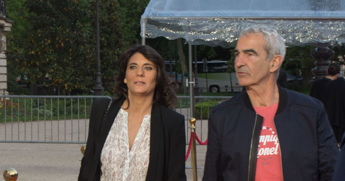 raymond domenech et estelle denis photocall de la soir e. Black Bedroom Furniture Sets. Home Design Ideas
