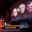Céline Dion tournée vers l'écran géant pour saluer la mémoire de son père Adhémar, son mari René et son frère Daniel après son interprétation de Recovering, chanson écrite pour elle par Pink, lors de la soirée télévisée de bienfaisance Stand up to Cancer produite par Bradley Cooper, le 9 septembre 2016 à Los Angeles.