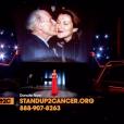 Céline Dion lors de son interprétation de Recovering, chanson écrite pour elle par Pink, lors de la soirée télévisée de bienfaisance Stand up to Cancer produite par Bradley Cooper, le 9 septembre 2016 à Los Angeles. Des photos de son père Adhémar, son mari René et son frère Daniel, tous trois emportés par la maladie, ont défilé.