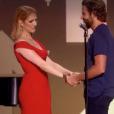 Céline Dion réconfortée par Bradley Cooper après son interprétation de Recovering, chanson écrite pour elle par Pink, lors de la soirée télévisée de bienfaisance Stand up to Cancer produite par l'acteur, le 9 septembre 2016 à Los Angeles.