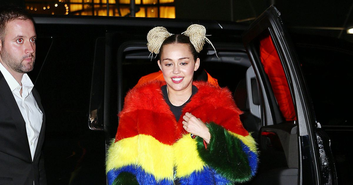 miley cyrus porte un manteau de fausse fourrure ray de. Black Bedroom Furniture Sets. Home Design Ideas