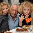 Exclusif - François Berléand avec ses jumelles Adèle et Lucie lors d'un goûter de Pâques « Tout Chocolat » à l'Hôtel de Vendôme à Paris le 9 avril 2014. A quelques jours de Pâques, les enfants et leurs parents se sont régalés avec les préparations du chef de l'Hôtel de Vendôme, Josselin Marie et ont pu confectionner des cloches en chocolat.