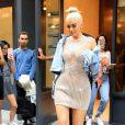 Kylie Jenner, blonde platine et avec une robe pailletée, dans les rues de New York, le 8 septembre 2016