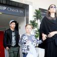 Angelina Jolie arrive à l'aéroport de Los Angeles avec ses fils Knox et Maddox en provenance de New York, le 20 juin 2016.