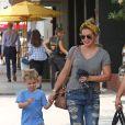 Exclusif - Hilary Duff et son fil Luca sont allés déjeuner au South Beverly Grill à Beverly Hills, le 23 juillet 2016.