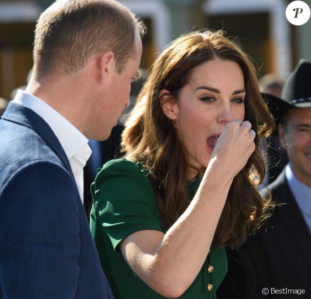 """Le prince William et Kate Middleton, duc et duchesse de Cambridge, en pleine dégustation lors d'un festival gastronomique, """"A Taste of British-Colombia"""", sur Mission Hill à Kelowna dans la vallée de l'Okanagan, au matin du quatrième jour de leur visite officielle au Canada, le 27 septembre 2016"""