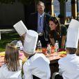 """Le prince William et Kate Middleton, duc et duchesse de Cambridge, avec de jeunes chefs lors d'un festival gastronomique, """"A Taste of British-Colombia"""", sur Mission Hill à Kelowna dans la vallée de l'Okanagan, au matin du quatrième jour de leur visite officielle au Canada, le 27 septembre 2016"""