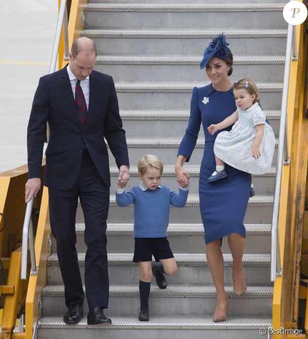La duchesse Catherine de Cambridge portait une robe Jenny Packham et un chapeau Lock & Co lors de son arrivée en famille à Victoria au Canada le 24 septembre 2016.