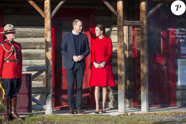 La duchesse Catherine de Cambridge portait un manteau Carolina Herrera en visite à Whitehorse dans le Yukon au Canada le 28 septembre 2016.
