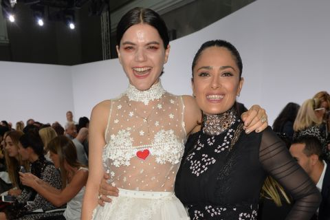 Fashion Week : Salma Hayek et Soko partagent un fou rire chez Giambattista Valli
