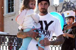 PHOTOS : Travis Barker oublie son terrible accident d'avion, en compagnie de ses enfants... (réactualisé)