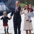 Le prince George et la princesse Charlotte de Cambridge avec leurs parents le prince William et la duchesse Catherine de Cambridge lors de leur départ du Canada le 1er octobre 2016.