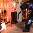 """Exclusif - Illustration (Orlinski) lors du dîner de la fondation ARC au restaurant de l'hôtel The Peninsula à Paris le 10 octobre 2016. Première fondation française 100% dédiée à la recherche sur le cancer, la Fondation ARC a affecté en effet les recettes de l'édition 2016 autour d'un ambitieux projet de recherche contre les cancers du sein """" triple négatifs """", particulièrement agressifs et difficiles à soigner. """"Nous sommes aujourd'hui en position de changer les prescriptions thérapeutiques pour les cancers du sein les plus agressifs. La recherche a en effet désormais accès aux informations moléculaires à l'origine de chaque développement cancéreux : cela ouvre des possibilités inédites."""" déclare Jean-Yves Blay, directeur du centre Léon Berard, conseiller du Président du Conseil Scientifique de la Fondation ARC. Avant le dîner, Monsieur Lambert Wilson a remis un chèque de 50 000 euros à la Fondation ARC au nom de RENAULT, grand mécène de la soirée. Puis ce fut au tour de Mademoiselle Michèle Laroque d'offrir la recette du spectacle """" Ils s'aiment """" interprété avec Mademoiselle Muriel Robin le 24 Octobre prochain au théâtre de Paris (grâce au soutien de Venteprivée.com). En fin de soirée, Laurent Weil a annoncé le montant total de la collecte : 370 000 euros pour lutter contre le cancer du sein. © Rachid Bellak / Bestimage"""