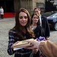 Le prince William et Catherine Kate Middleton quittent la mairie de Manchester et saluent le public à l'extérieur le 14 octobre 2016.  The Duke and Duchess of Cambridge leave the Manchester Town Hall today as they carried out various engagements. 14 October 2016.14/10/2016 - Manchester