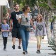 Exclusif - Tobey Maguire se balade avec sa femme Jennifer Meyer et ses enfants Otis et Ruby dans le quartier de Melrose à Los Angeles, le 16 octobre 2016