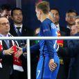 François Hollande serre la main d'Antoine Griezmann après la finale de l'Euro 2016 France-Portugal au stade de France à Saint-Denis, le 10 juillet 2016.
