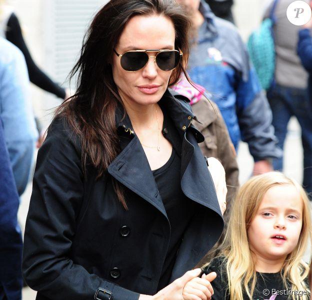 """Exclusif - Premières photos à Londres d'Angelina Jolie et ses enfants, Shiloh, Vivienne, Zahara et Knox qui sont allés voir la comédie musicale """"Wicked"""" le 5 September 2015."""