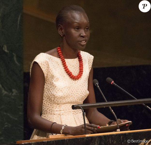 Alex Wek intervient à la tribune de l'ONU pour présenter une pétition en faveur des migrants à New York le 16 septembre 2016.