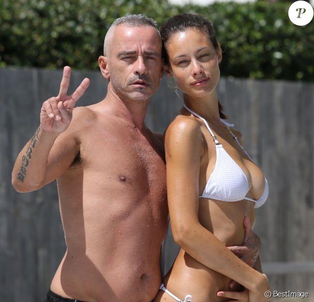 Eros Ramazzotti avec sa femme Marica Pellegrinelli au bord de la piscine d'un hôtel à Miami, le 12 octobre 2016.