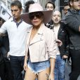 "La chanteuse Lady Gaga sort de l'immeuble de la ""Sirius radio"" à New York, le 24 octobre 2016."