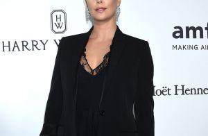 Charlize Theron cache ses kilos avec glamour à l'amfAR, devant Heidi Klum
