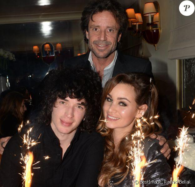 Julian Perretta fête les 26 ans de sa compagne Elisa Bachir Bey à la Maison du Caviar à Paris, le 16 mars 2016. Sur cette photo, ils posent avec Cyril de Lalagade, le propriétaire de la Maison du Caviar. © Rachid Bellak