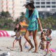 Arnaud Lagardère, sa femme Jade Foret et leurs enfants Liva, Mila et Emery en vacances à la plage à Miami le 25 octobre 2016.