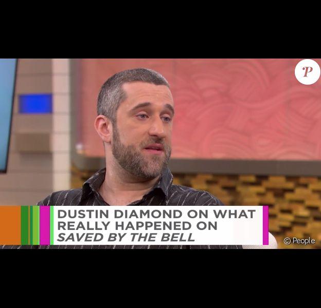 Dustin Diamond présente ses excuses après son ouvrage explosif Behind The Bell, publié il y a deux ans. L'acteur de la série Sauvés par le gong est sur plateau de l'émission The Dr. Oz Show. Vidéo publiée sur le site du magazine People, le 10 novembre 2016