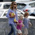 Exclusif - Julia Roberts se promène avec ses jumeaux Hazel et Phinnaeus à Los Angeles le 14 septembre 2011.