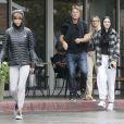 Exclusif - Lisa Rinna, son mari Harry Hamlin et leurs filles Amelia et Delilah se promènent dans les rues de Los Angeles, le 30 octobre 2016