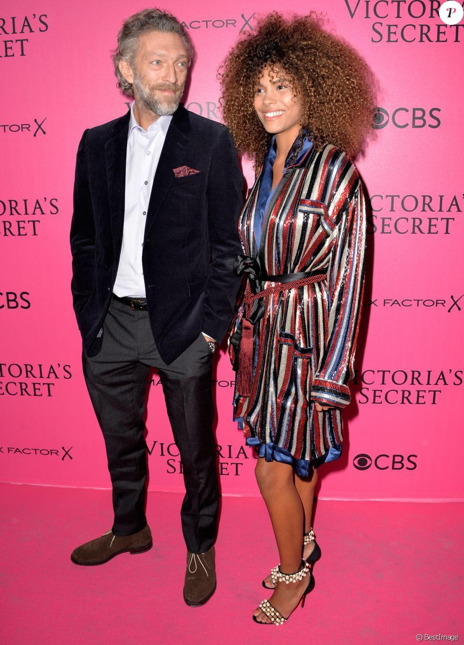 Vincent Cassel et sa compagne Tina Kunakey lors du photocall du Victoria's Secret Fashion 2016 au Grand Palais à Paris, France, le 30novembre 2016. © BOV/Bestimage